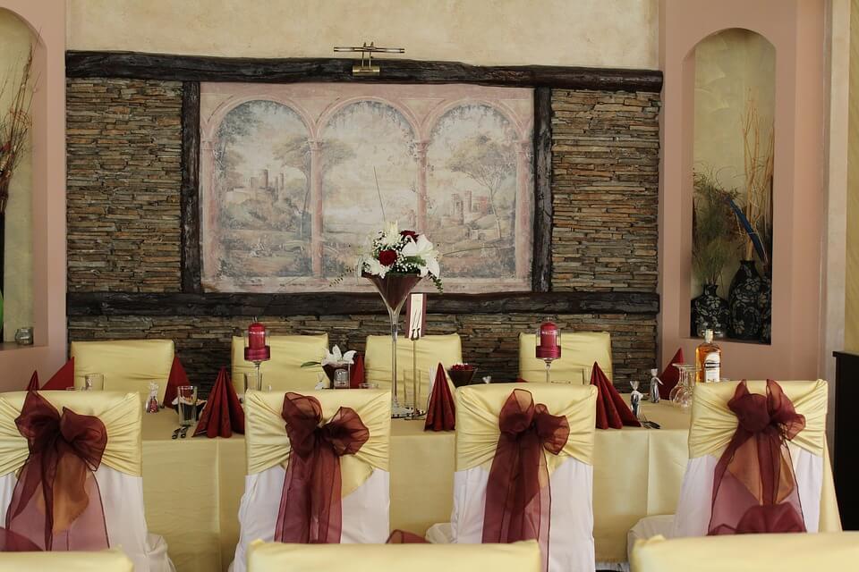 Egyszerű esküvő, kevés meghívott vendéggel, igazán családias hangulatban a lakásban.