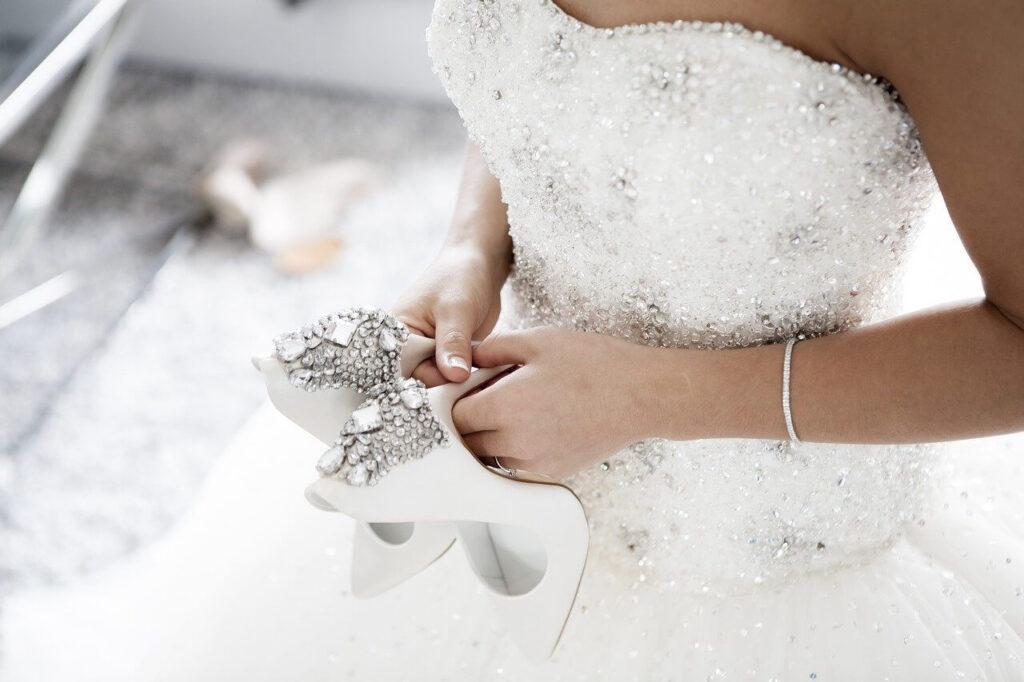 Magas sarkú menyasszonyi cipő