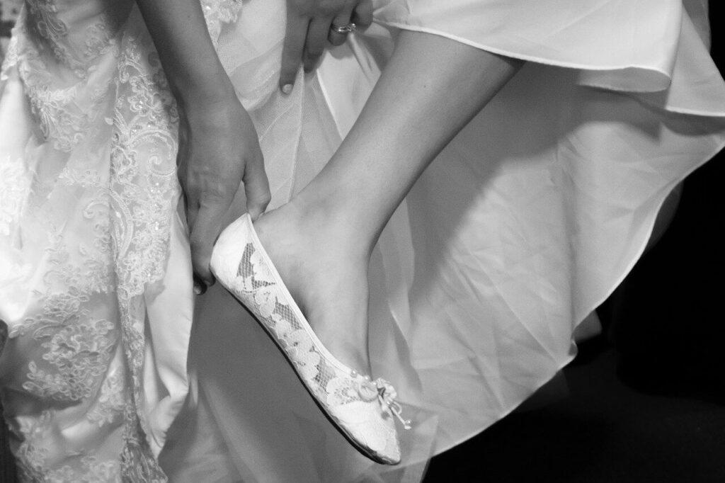 Lapos sarkú menyasszonyi cipő